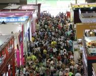 参观展会的人群挤满过道